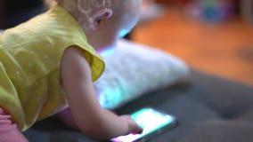 Baby het spelen met celtelefoon stock videobeelden