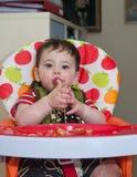 Baby het spelen met deegwaren Stock Foto's
