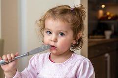 Baby het spelen met een gevaarlijk mes royalty-vrije stock fotografie