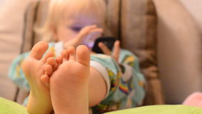 Baby het Spelen met een Telefoon stock video