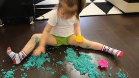 Baby het spelen met kinetisch zand thuis stock video