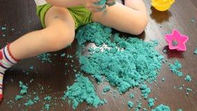 Baby het spelen met kinetisch zand thuis stock footage