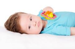 Baby het spelen met stuk speelgoed Stock Afbeeldingen