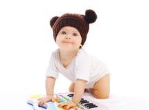 Baby het spelen met stuk speelgoed piano op witte achtergrond Royalty-vrije Stock Foto