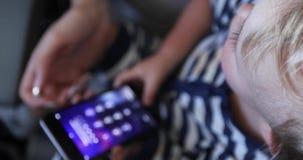 Baby het Spelen met Telefoon stock footage