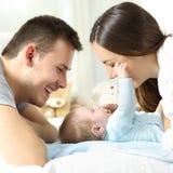 Baby het spelen met zijn ouders stock foto's