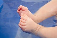 Baby in het Water: Kleine Voeten Stock Foto