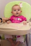 Baby in highchair stock afbeeldingen