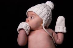 Baby in Hoed en Vuisthandschoenen op Zwarte Stock Foto