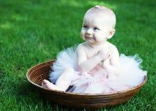 Baby in horizontale Kom - stock foto's