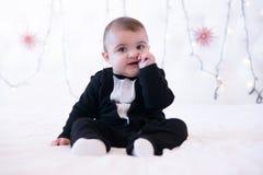Baby in huis op bed met vinger in mond Royalty-vrije Stock Fotografie