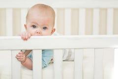 Baby in ihrer Krippe Stockbild