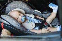Baby im Auto Stockfoto