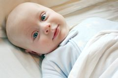 Baby im Bett Lizenzfreie Stockfotos