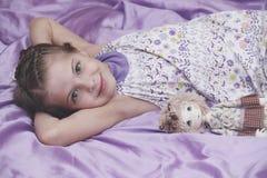 Baby im Bett Lizenzfreies Stockbild