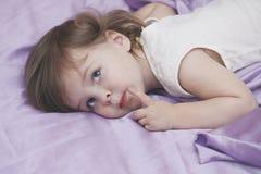 Baby im Bett Lizenzfreie Stockbilder