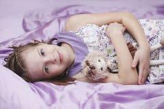 Baby im Bett Stockbild