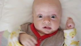Baby im Bett schläft nicht stock footage