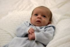 Baby im Blau Stockfoto