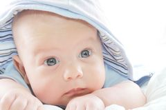 Baby im blauen Hoodie Lizenzfreies Stockbild