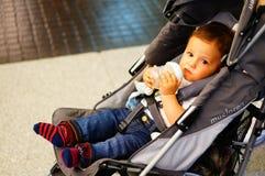 Baby im Buggy lizenzfreie stockfotografie