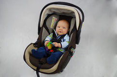 Baby im carseat Stockfoto