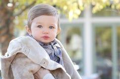 Baby im Fall-Mantel Stockbild