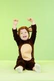 Baby im Fallhammerkostüm über grünem Hintergrund Lizenzfreie Stockbilder