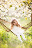 Baby im Garten der Hängematte im Frühjahr Lizenzfreie Stockbilder
