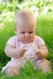 Baby im Gras stockbilder
