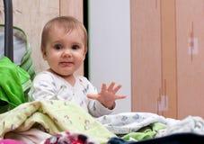 Baby im Haufen der Abnutzung Lizenzfreie Stockfotografie
