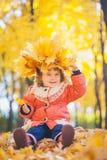 Baby im Herbstpark stockfoto