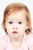 Baby im Kleid mit hellen Augen Stockfotografie