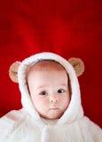 Baby im Kostüm des weißen Bären Stockfoto