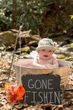 Baby im Metalltopf mit der Zeichen gegangenen Fischerei Stockbilder