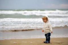 Baby im mit Kapuze Mantel Stockfotografie