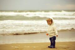 Baby im mit Kapuze Mantel stockfoto