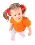 Baby im orange T-Shirt. Weißer Hintergrund. Lizenzfreie Stockbilder