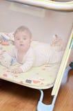 Baby im Playpen stockbilder