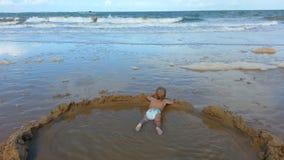 Baby im Pool mit einer Ansicht Stockfotografie