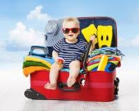Baby im Reise-Koffer Kind innerhalb des Gepäcks verpackt für Ferien Lizenzfreies Stockfoto