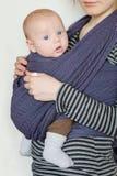 Baby im Riemen Stockbilder