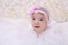 Baby im rosa Hut schaut oben Lizenzfreie Stockfotos