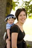 Baby im Rucksack lizenzfreies stockbild