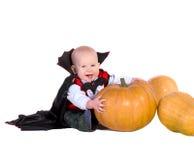 Baby im schwarzen Halloween-Mantel mit Hut lizenzfreies stockbild