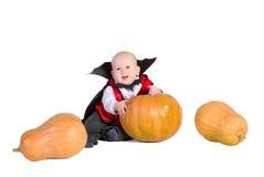 Baby im schwarzen Halloween-Mantel mit Hut stockfoto