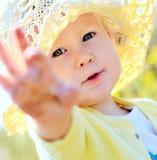 Baby im Strohhut Stockfotos