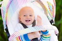 Baby im weißen Spaziergänger Lizenzfreie Stockfotografie