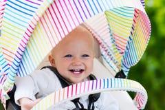 Baby im weißen Spaziergänger Stockfotografie