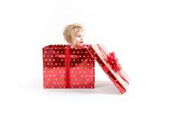 Baby innerhalb der roten Weihnachtsgeschenkbox lizenzfreies stockfoto